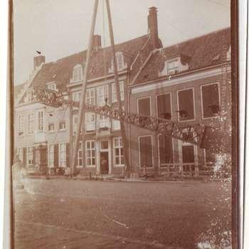Foto, voorstellende plaatsing telefoonmast op de Markt te Culemborg, circa 1905
