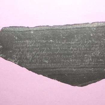 Leisteen met gegraveerde tekst van of aan heer Anthonis van Lalaing, heer van Montigny en van Culemborg, circa 1510 -1540