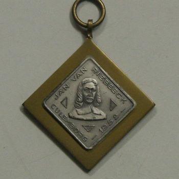 Medaille van koper en zilverkleurig plaatje voorstellende Jan van Riebeeck.