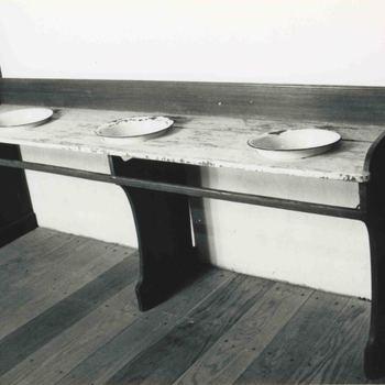 Foto, voorstellende de wastafel van de wezen in het Elisabeth Weeshuis te Culemborg