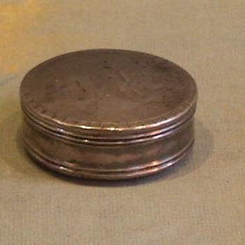 pillen- of pepermuntdoosje van zilver, vervaardigd in het 1e kwart van de 19de eeuw