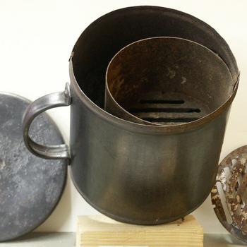 Noodkacheltje en deksel, van ijzer geassocieerd met Gispen, Culemborg ca. 1944