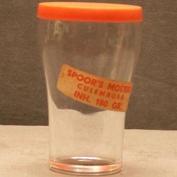 mosterdglas voorzien van etiket Spoor's Mosterd uit Culemborg, circa 1950-1965