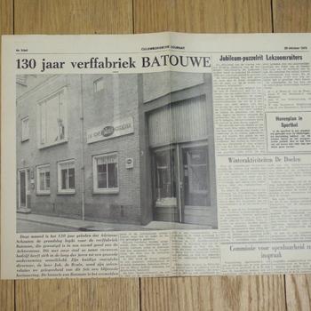 Krant van papier met verslag van 130 jaar Batouwe verffabriek.