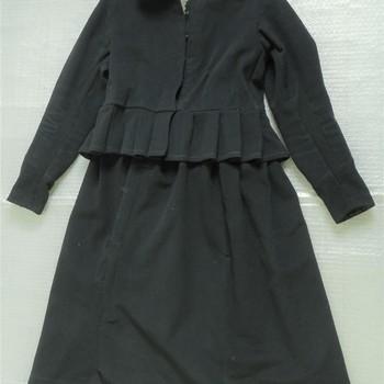 jurk van zwarte wol, geassocieerd met weesmeisje uit het Elisabeth Weeshuis, Culemborg ca. 1900
