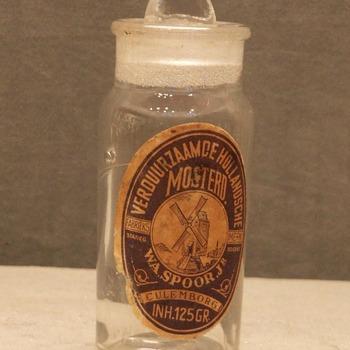 mosterdpot met geslepen stop van kleurloos glas geassocieerd met Spoor mosterdfabriek te Culemborg, circa 1900
