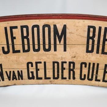 bord van hout voorstellende reclame voor bier, geassocieerd met café A. van Gelder, Markt 41 te Culemborg, circa 1930