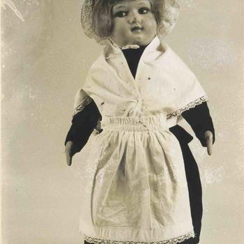 Foto, voorstellende pop in weeshuiskleding, Museum Elisabeth Weeshuis te Culemborg