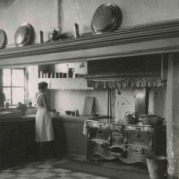 Foto, voorstellende keuken van het Elisabeth Weeshuis, Herenstraat te Culemborg, circa 1930