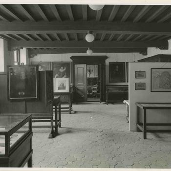 Foto, voorstellende de oudheidkamer in het Elisabeth Weeshuis, Herenstraat te Culemborg, jaren 30