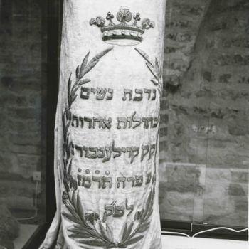 Foto, voorstellende Thoramantel uit synagoge te Culemborg