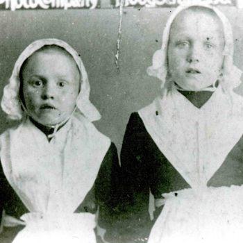 Foto, voorstellende twee weesmeisjes uit het Elisabeth Weeshuis te Culemborg, ca. 1912