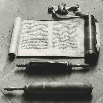 Foto, voorstellende Joodse boekrollen, synagoge Culemborg