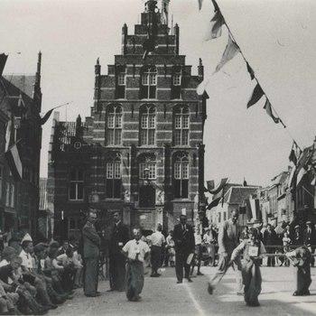Foto, voorstellende oranjefeest op de Markt te Culemborg, 1927-1928