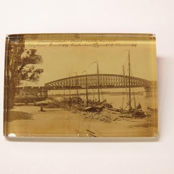 pressepapier van glas uit 1868, met foto van spoorbrug in Culemborg