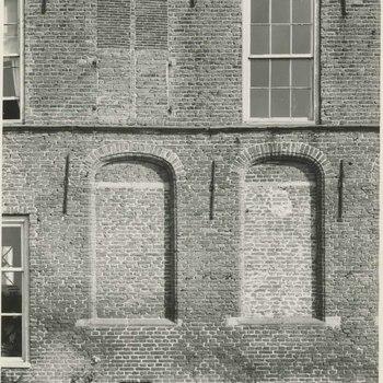 Foto, voorstellende achterzijde jongensvleugel Elisabeth Weeshuis, Herenstraat te Culemborg, 1950