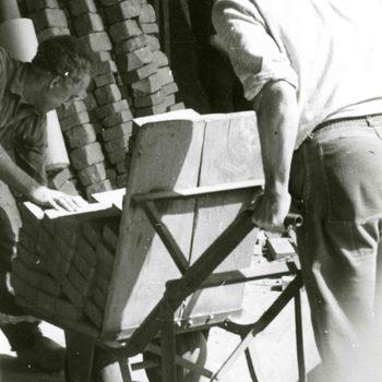 Foto, voorstellende een arbeider van de steenfabriek te Culemborg, vóór 1940