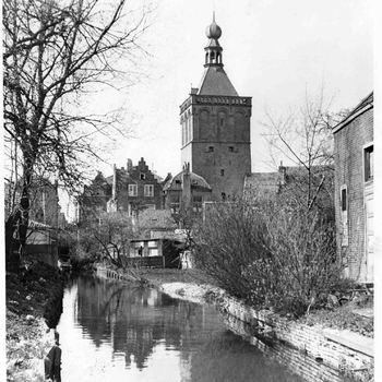 Foto, voorstellende de Tussengracht bij de Binnenpoort te Culemborg, 1943-1953
