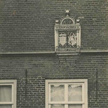 Foto, voorstellende wapensteen aan muur Elisabeth Weeshuis, Herenstraat te Culemborg, 1950