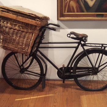fiets van zwart gelakt metaal men wilgentenen mand met klep, circa 1950