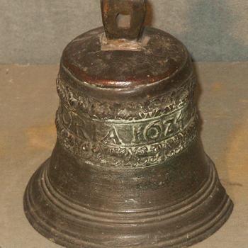 """deurbel, brons, """"Soli Deo Gloria"""" 1624"""