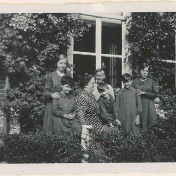 Foto, voorstellende weeskinderen, Elisabeth Weeshuis, Herenstraat te Culemborg, jaren 30