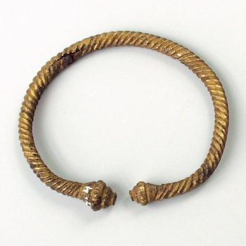 Armband van brons uit de prehistorie of Romeinse tijd