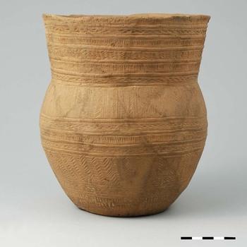 Klokbeker van handgevormd aardewerk uit de prehistorie