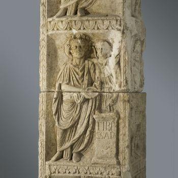 Kalkstenen monument met reliëfafbeeldingen uit vroeg Romeinse tijd