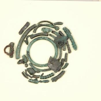 Verschillende fragmenten van brons, uit de prehistorie