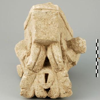 Hoekvormig fragment van een zuilkapiteel van kalksteen uit de Romeinse tijd