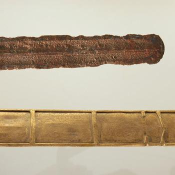 Zwaardschede van brons, behorend bij een ijzeren zwaard, uit de prehistorie