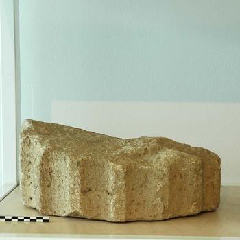 Fragment van een zuil van natuursteen uit de Romeinse tijd