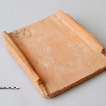 Dakpan (tegula) van bouwkeramiek uit de Romeinse tijd