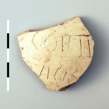 Kruikfragment van aardewerk uit de Romeinse tijd, met inscriptie