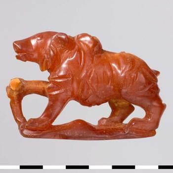 Beeldsnijwerk van barnsteen uit de Romeinse tijd