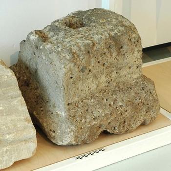 Tufstenen basis van een zuil kolom uit de Romeinse tijd