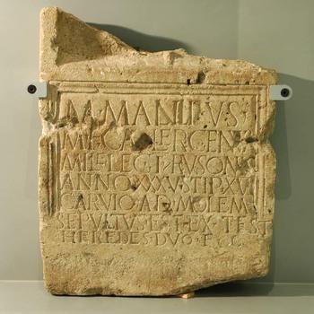Grafsteen van kalksteen uit de Romeinse tijd, van Marcus Mallius