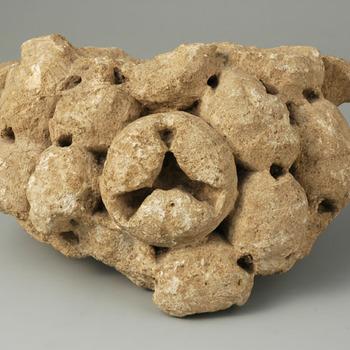 Deel van een zuilkapiteel van kalksteen uit de Romeinse tijd