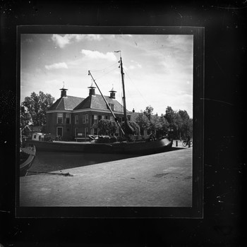 Het stadhuis en de havenkom van Nijkerk