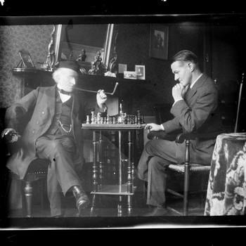 Twee mannen verdiept in een schaakspel