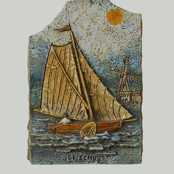 Gevelsteen uit Nijkerk, met daarop een zeilboot en het opschrift 'De Schuijt'