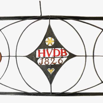 Siersmeedwerk met het opschrift 'HVDB 1826'
