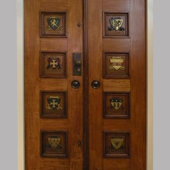 Voormalige deuren van het Postkantoor van Nijkerk, versierd met familiewapens