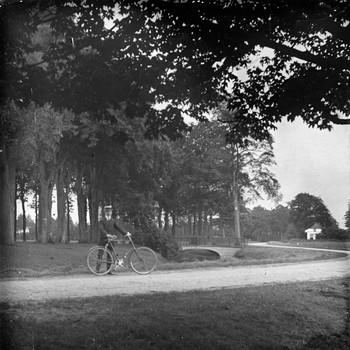 Man met fiets in de bocht bij de Salentein in Nijkerk