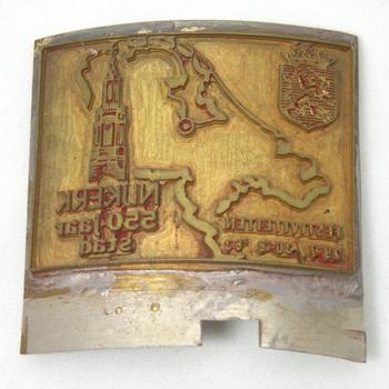 Halfronde stempel met het opschrift 'Nijkerk 550 jaar stad'