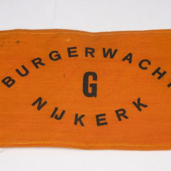 Oranje band met opschrift 'BURGERWACHT NIJKERK. G'