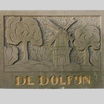 Gevelsteen uit Nijkerk, met daarop een molen en het opschrift 'De Dolfijn'