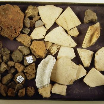 Randfragment met granietgruisverschraling