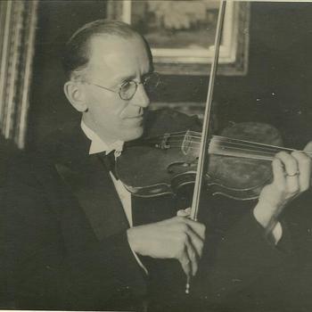 Man speelt viool